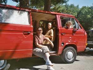 VW T3 kombi bus met ramen en gezin in schuifdeur
