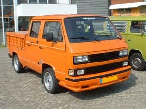 Oranje T3 pick-up met dubbele cabine