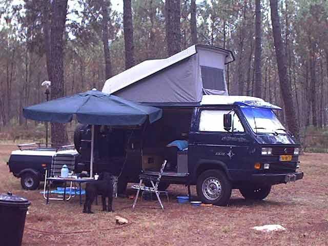"""VW T3 16""""Syncro camper aan het kamperen."""
