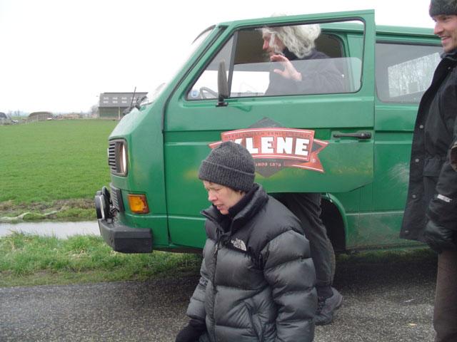 Een stand-in van de acteur neemt plaats achter het stuur van de VW T3 doka.