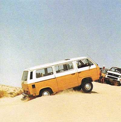 VW T3 Syncro rijdt door zand in woestijn