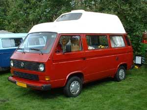 Rode VW T3 zelfbouw camper met wit hoogdak