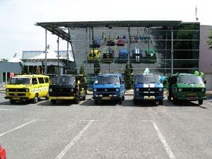 Een rij met enkele VW T3 bussen