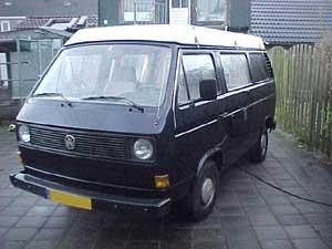 Donkerkleurige VW T3 op een binnenplaats