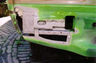 Carrosseriedeel van een VW T3 met uitgeslepen delen en gestraalde ondergrond