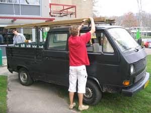 Zwarte VW T3 dubbelcabine pickup met ladder op imperiaal