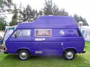 Blauwpaarse VW T3 camper met verhoogd dak
