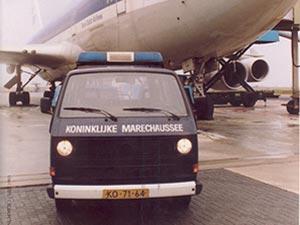 Oude VW T3 bus in dienst van de marechausee