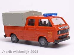 Schaalmodelletje 1/87 van een rode brandweer VW T3 doka met grijze huif