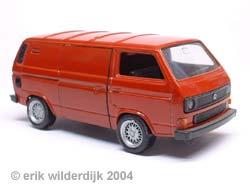 Rood schaalmodel van een VW T3 bestelbus door Schabak gemaakt