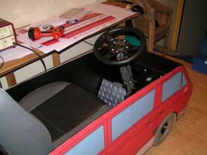 Scootmobiel met ombouw in de vorm van een VW T3 bus