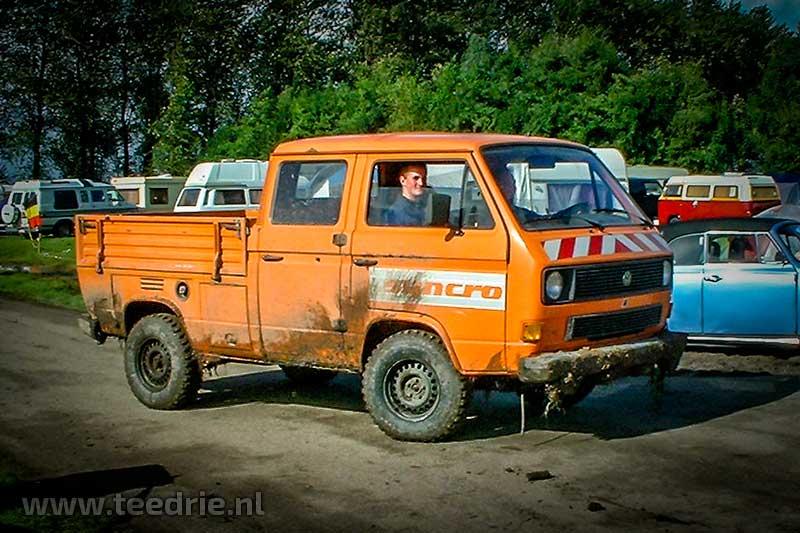 Oranje VW T3 Syncro dubbelcabine pickup met Syncro opdruk op portier