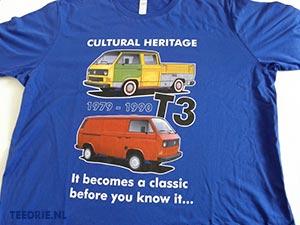 Blauw tshirt met eigen ontworpen opdruk van VW T3 bussen