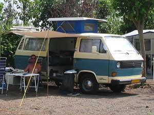 VW T3 camper met geopend klein hefdak
