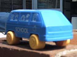Vinyl schaalmodelletje van een VW T3 schoolbus