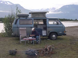 VW T3 camper met klein hefdak aan een meer