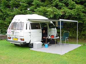 VW T3 camper met luifel uitgezet boven de schuifdeur