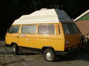 Gele camper met wit hoogdak