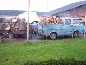 Doka met aanhanger vol beladen met brandhout