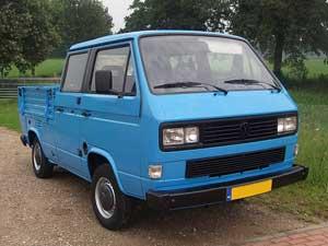 Blauwe dubbelcabine pick-up met zwarte accenten