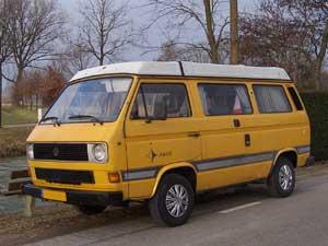 T3 Westfalia camper geel langs de kant van de weg