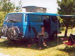 Camper met persoon in schaduw van luifel