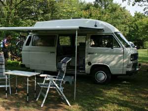 Camper met luifel en kampeerset