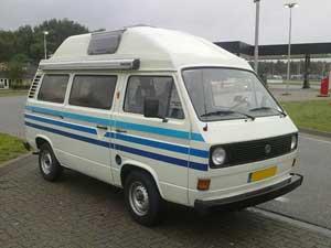 Witte camper met blauwe striping