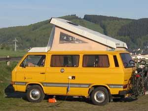 Gele camper op camping