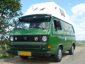Groene camper met wit hoogdak met vogel stickers