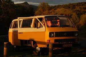 Personenbus met geopende portieren in het late zonlicht
