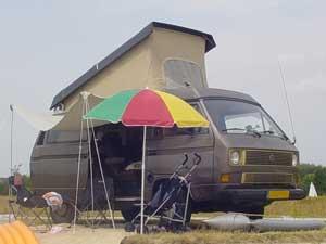 Camper met parasol