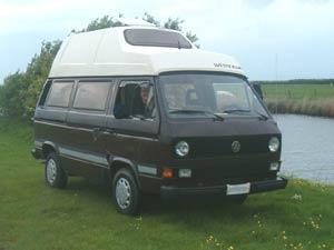 Bruine camper met wit hoogdak
