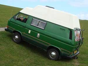 Camper op talud geparkeerd
