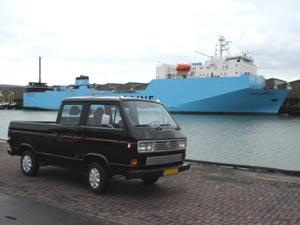 Zwarte VW T3 doka aan de haven
