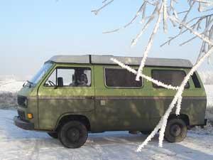 Groene VW camper in sneeuw