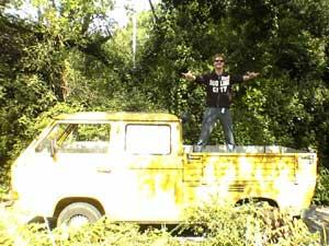 Gele VW T3 dubbelcabine pick-up onder bomen