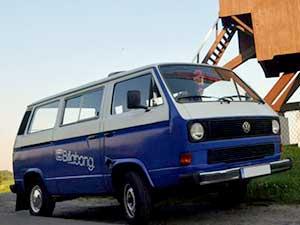 Blauw met witte VW T3 personenbus