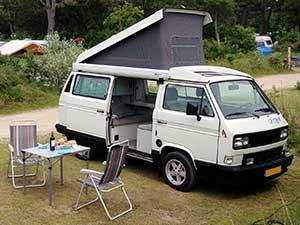 VW T3 camper California met geopend hefdak en schuifdeur