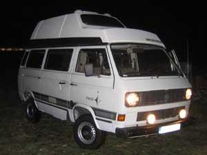 Camper bij avond met ontstoken lichten